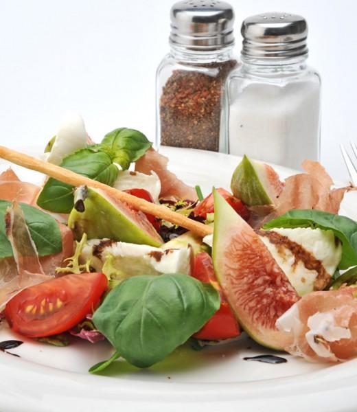 Gemischter Salat mit Mozzarella, Tomate, Feige und Schinken