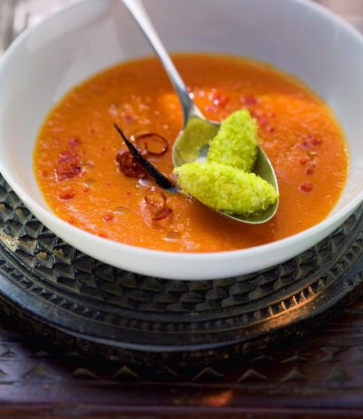 Tomaten-Karotten-Suppe mit Chili und Joghurtnockerl