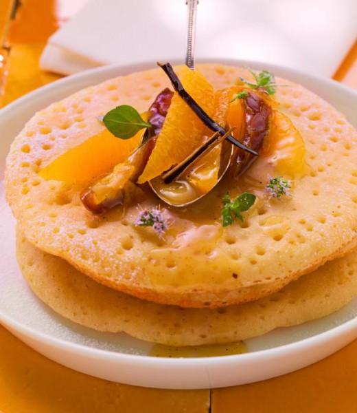 Wabenpfannkuchen mit Orangensalat und Minze
