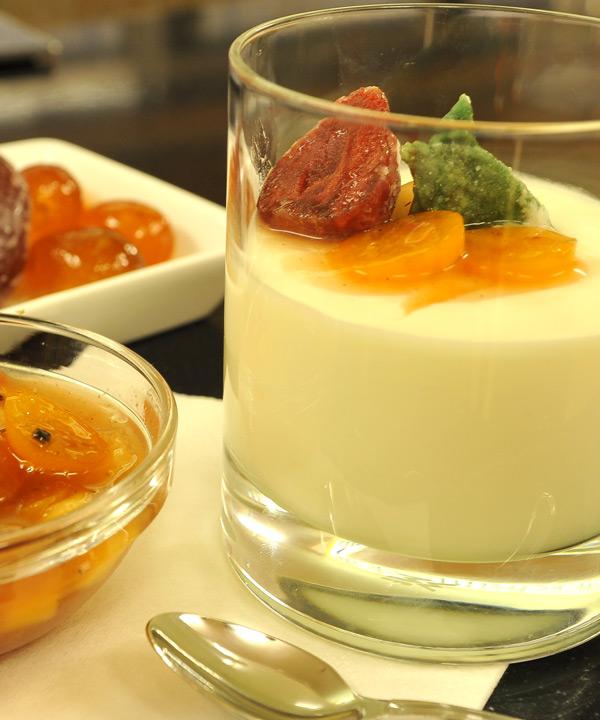 Zitronencreme mit karamelisierten Pfirsichspalten