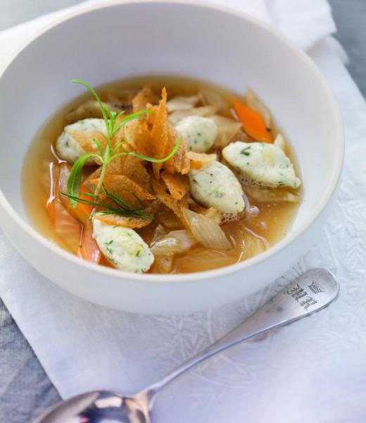 Abg'schmolzene Brotsuppe mit Hecht-Dill-Nockerln