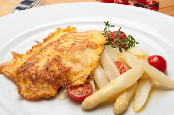 Almschnitzel mit Spargelsalat und Kirschtomaten