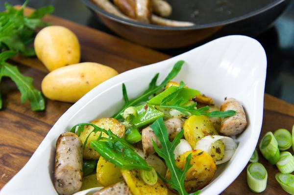 Bratkartoffelsalat mit Bratwürsteln