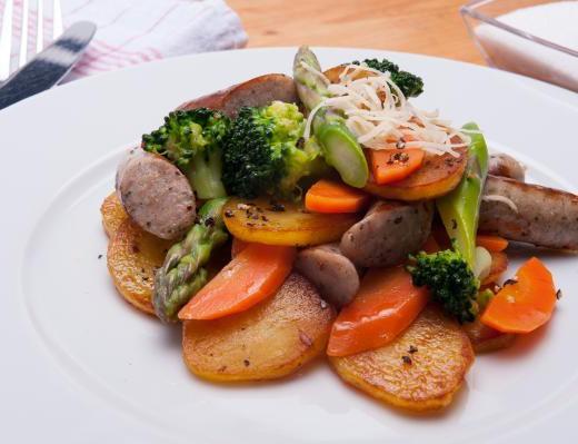 Lauwarmer Bratwürstel-Salat mit Meerrettich