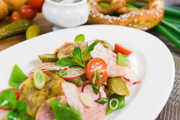 Brezenknödel-Wurst-Salat
