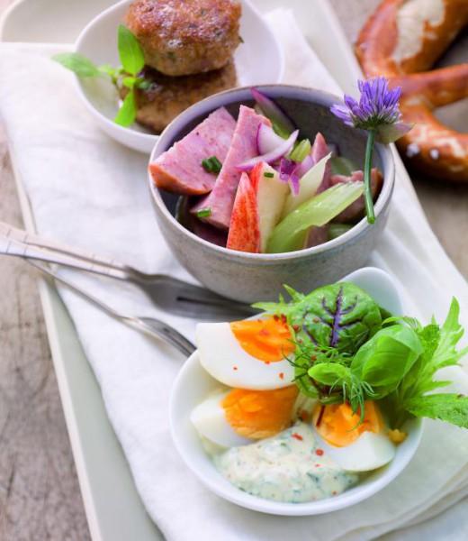 Brotzeit mit Fleischpflanzerln, Eier- und Wurstsalat