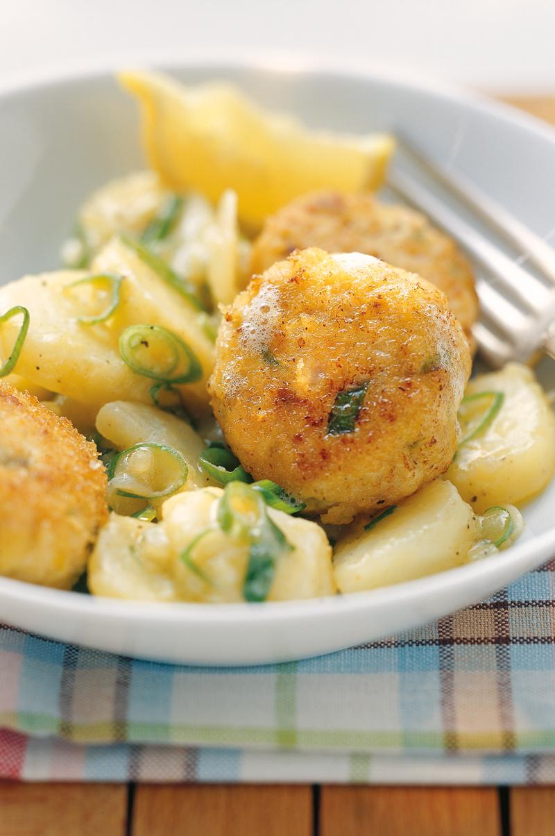 Fischpflanzerl mit süsssaurem Kartoffel-Lauch-Gemüse