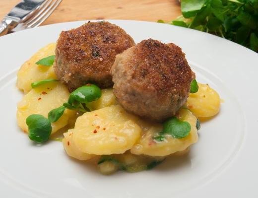 Fleischpflanzerl mit Kartoffel-Brunnenkresse-Salat