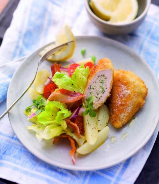 Gefülltes Zitronenbackhendl auf Kartoffel-Endivien-Gemüse