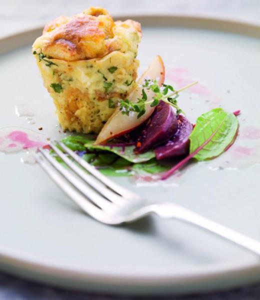 Käse-Brezen-Auflauf mit Rote-Bete-Birnen-Salat