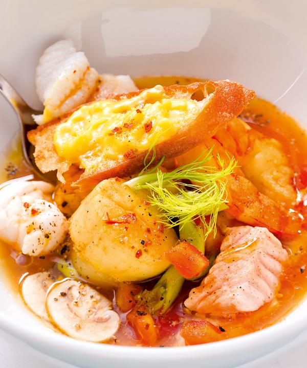 Klare Fischsuppe mit Saiblingsnockerln