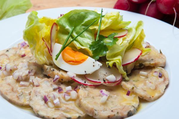 Knödelcarpaccio mit Kopfsalat und Ei
