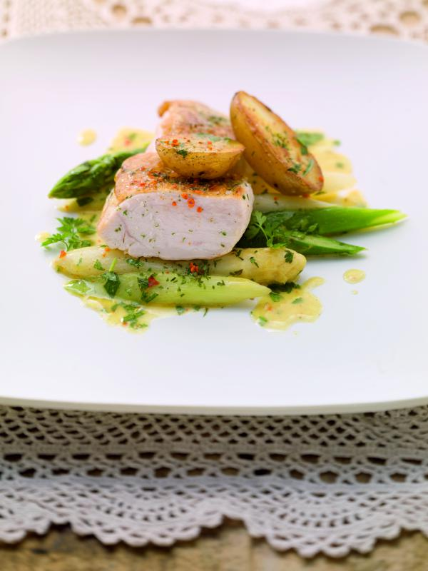 Kross gebratene Hendlbrust auf Bratkartoffel-Spargel-Salat