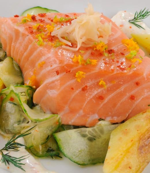 Lauwarmer Lachs auf Gurken-Ingwer-Salat