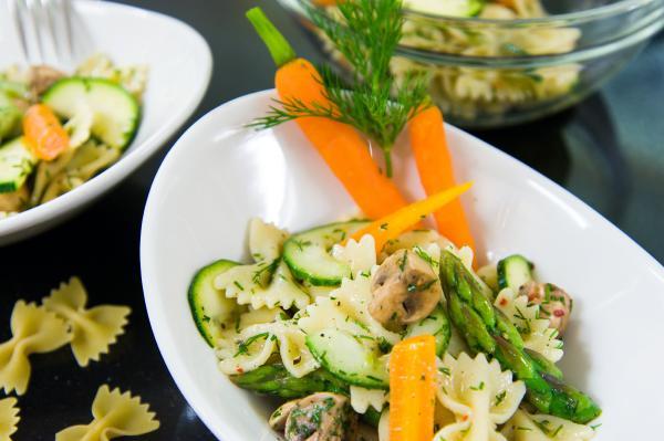 Nudelsalat mit Gemüse und Pilzen