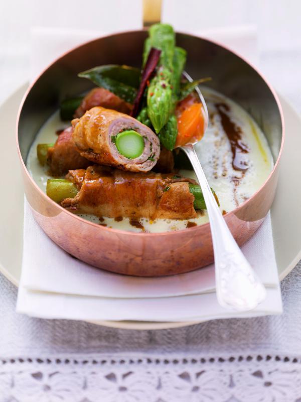 Roulade vom Spanferkel auf Kartoffel-Lorbeer-Sauce