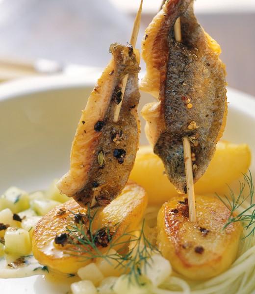 Steckerlfisch mit Kartoffel-Gurken-Gemüse