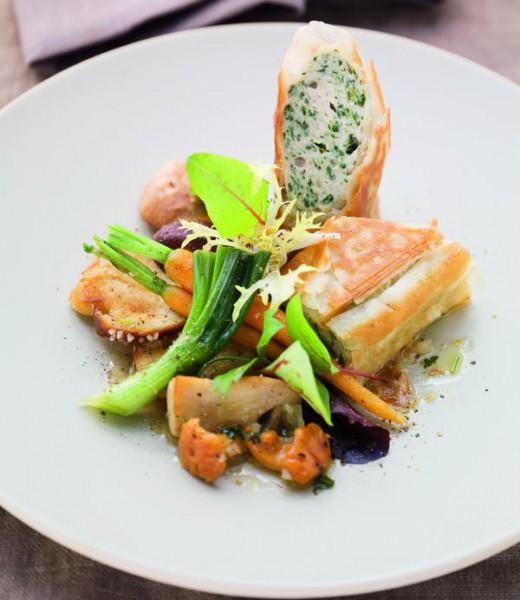 Weißwurst-Kräuter-Strudel auf Schwammerlsalat