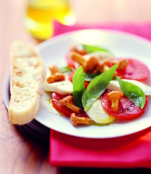 Tomaten-Mozzarella-Salat mit gebratenen Pfifferlingen