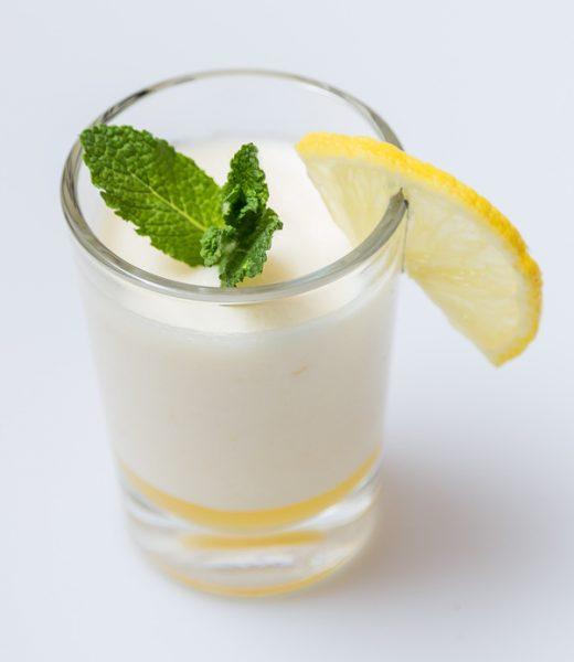 Geeiste Zitronencreme mit Minze und Joghurt