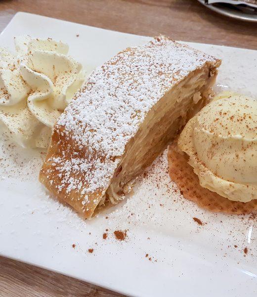 Apfelstrudel mit Vanille-Kardamom-Sahne