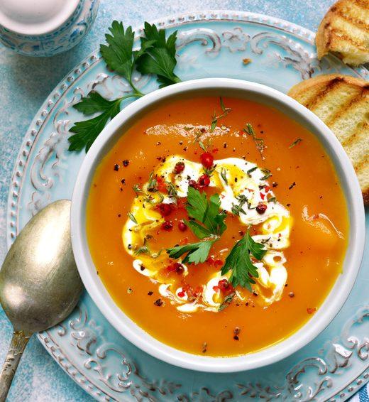 Karotten-Ingwer-Suppe mit karamellisierten Apfelspalten