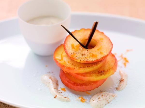 Apfelscheiben mit Vanille-Zimt-Joghurt