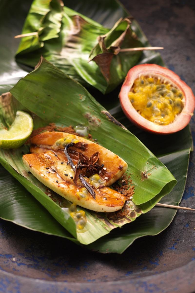 Banane im Blatt gegrillt mit Passionsfrucht