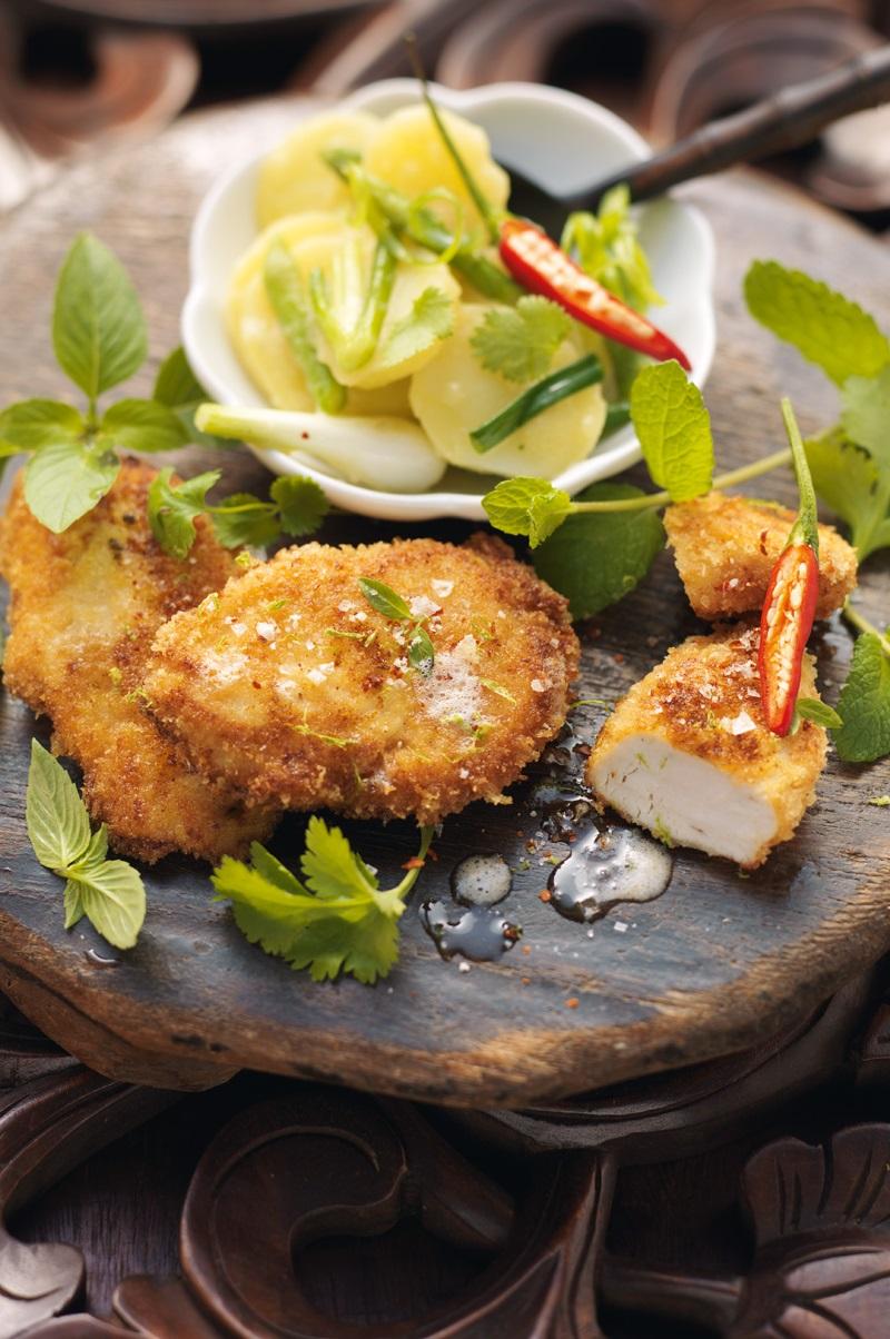 Bayerisches Backhendl auf thailändischem Kartoffelsalat