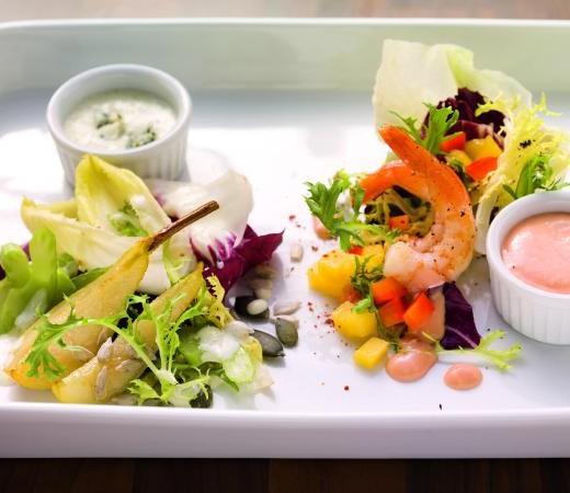 Bittersalat mit Birnenspalten und Blue-Cheese-Dressing