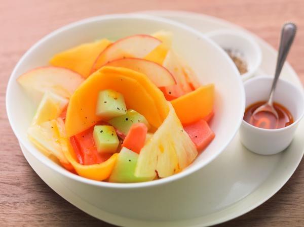 Bunte Früchte mit schwarzem Pfeffer