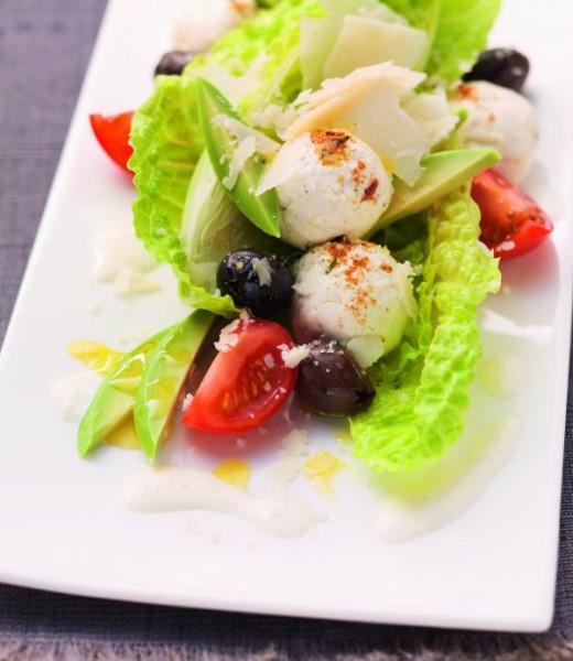 Caesar-Salat mit Tomaten, Oliven und Joghurtbällchen