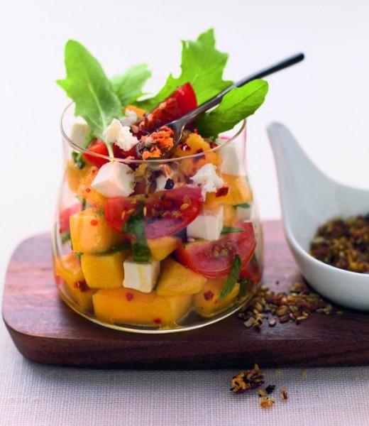 Datteltomaten-Mango-Salat mit Schafskäse und Rucola