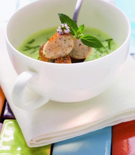 Erbsen-Minze-Suppe mit Nürnberger Rostbratwürsteln
