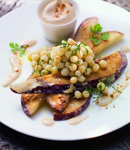 Gebackene Auberginenscheiben mit libanesischem Couscous-Salat und Harissa-Dip