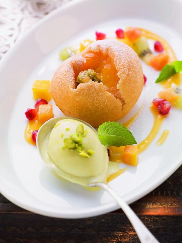 Gebackene Mispeln mit Fruchtsalat und Aprikosensauce