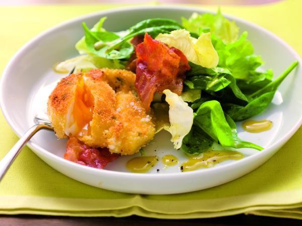 Gebackenes pochiertes Ei mit Spinatsalat
