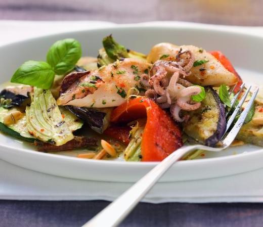 Gebratene Aubergine mit gegrilltem Gemüse und Calamari