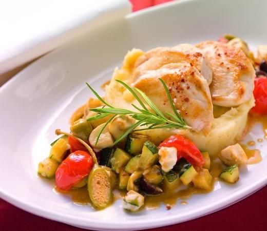 Gebratene Hendlbrust auf Kartoffelpüree mit Gemüse