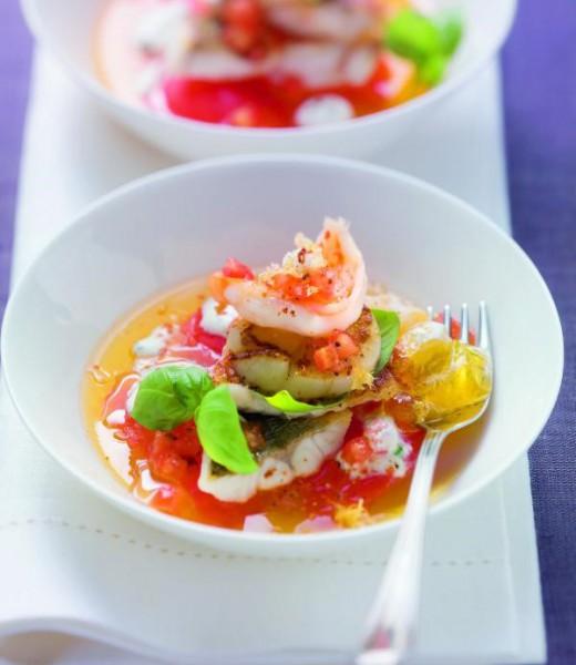 Gebratene Meeresfrüchte auf Tomatengelee mit Basilikumrahm