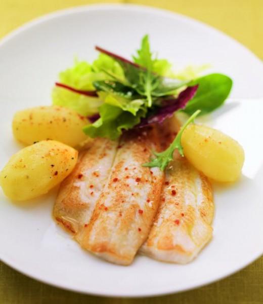 Gebratene Scholle mit Kartoffeln und Blattsalat