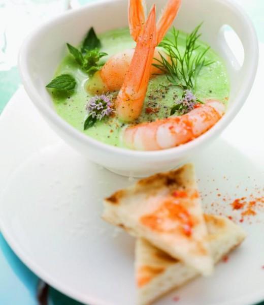 Geeiste Gurken-Minze-Suppe mit Riesengarnelen