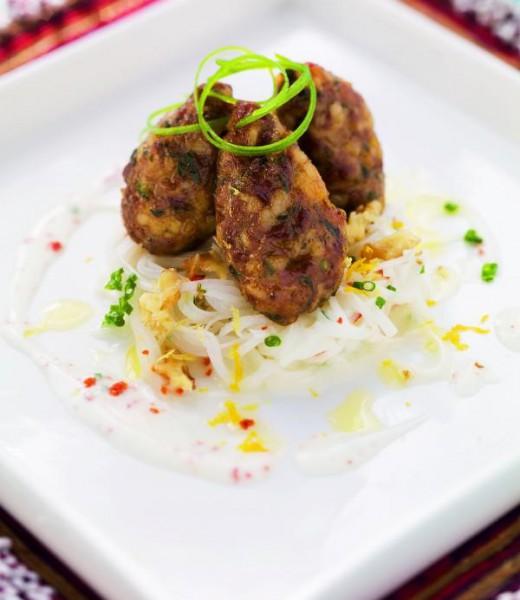 Gefüllte Bulgur-Fleischpflanzerl auf Radi-Walnuss-Salat mit Schnittlauch