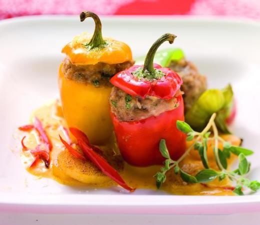 Gefüllte Mini-Paprika auf Kürbis-Chili-Sauce