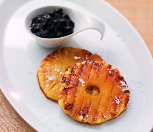 Gegrillte Ananas mit Blaubeerragout