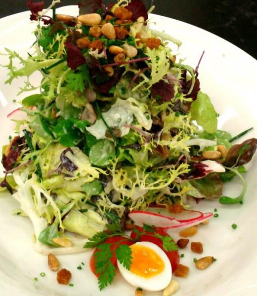 Gemischter Blattsalat mit Eiern und Champignons