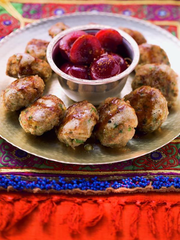 Geschmorte Fleischpflanzerl mit Bulgur und Kirschen