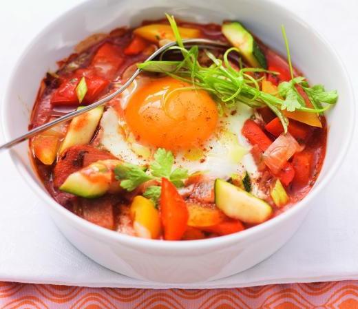 Geschmortes Ei auf orientalischem Gemüse
