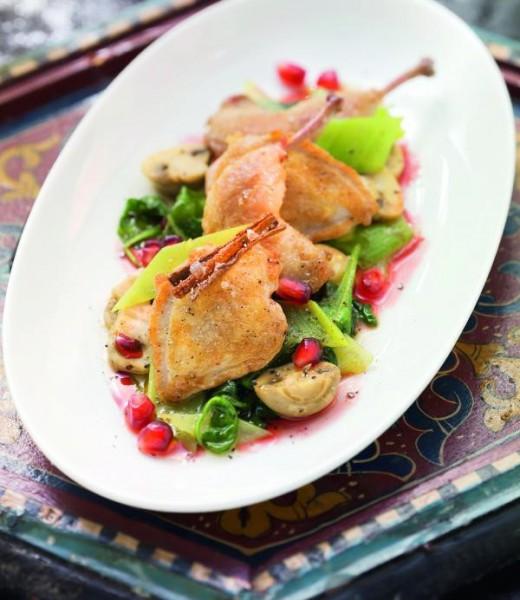 Glasierte Wachtel auf Lauch-Champignon-Gemüse mit Granatapfelsauce