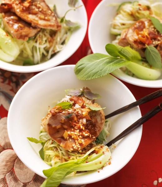 Glasiertes Schweinefilet auf Pak-Choi-Krautsalat mit Minze